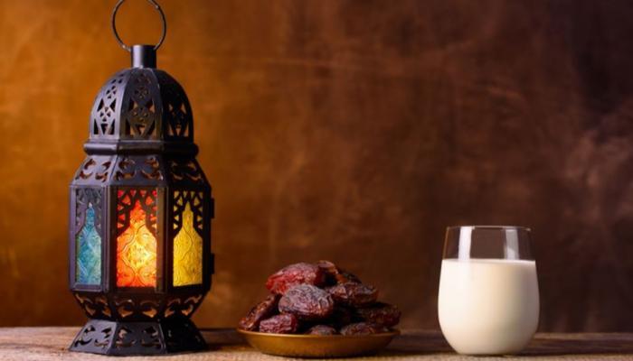 Se o Adhan de Al-Fajr é proclamado e uma pessoa tem comida na boca e um copo de água na mão, o que é que ela deve fazer?